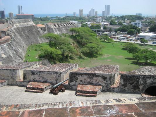 城牆上每個缺口都有一樽砲管,重兵防守,而且火線方向都經過精細的計算設計,避免死角