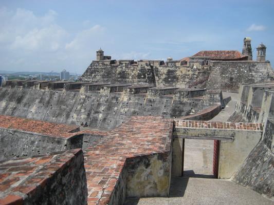 像迷宮般的堡壘,除了城牆上的,還有很多條地道