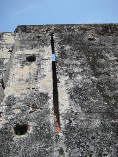 這條細縫是讓火槍手躲在後面射擊牆下的敵人,或者在換膛補充彈藥的空檔,把熱油倒下來掩護