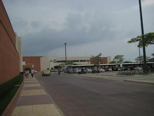 旁邊的百貨公司有電影院跟超市,佔地廣大但只有一層