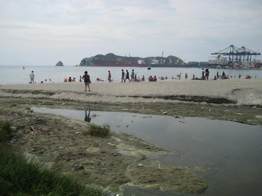 其實水並不乾淨,廢水垃圾不少(Santa Marta)