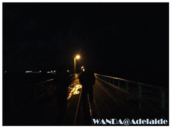 2008-08-16_Victor harbor_要去看企鵝要走一段在海上的橋超冷的.JPG