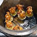 同時烤好的雞,盤下接的是雞油.JPG