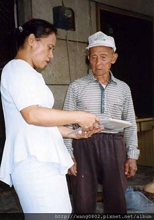 米羕向父親討教織布技巧