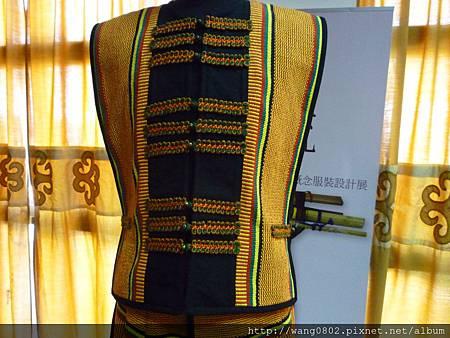 手織布做的排灣傳統上衣