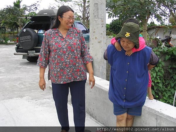 康老師背後是她的愛車,與原住民好友交談.JPG