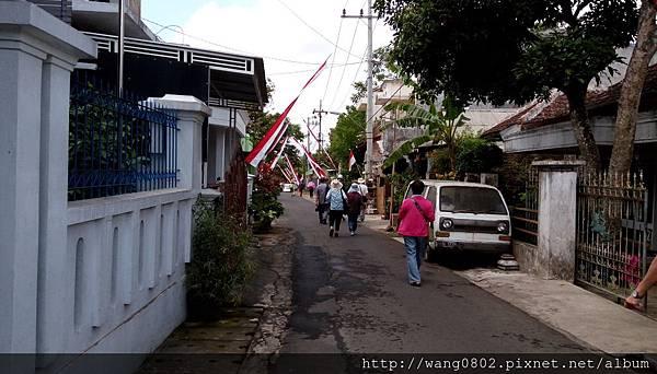 村路上的國旗.jpg