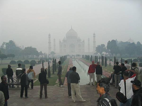 在霧氣中遠眺陵寢.JPG