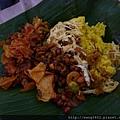 印尼便當多是香蕉葉,最多再加牛皮紙,很環保的。.JPG