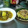 馬來西亞的薑黃飯配咖哩雞.JPG