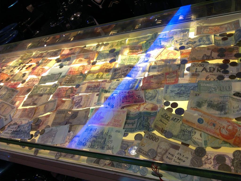 裡面全是各國鈔票~有台幣!!