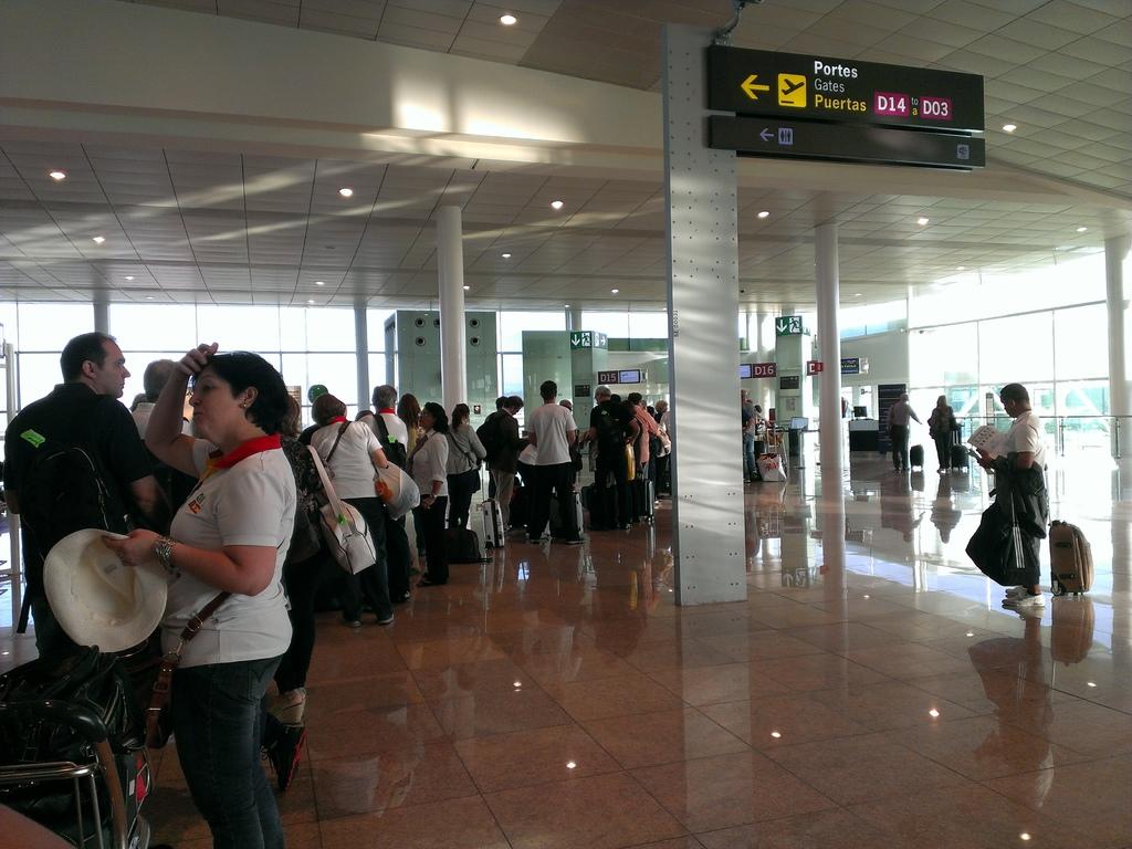 超多人排隊等著轉機