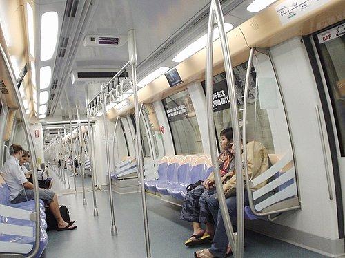 052-往聖淘沙的MRT上