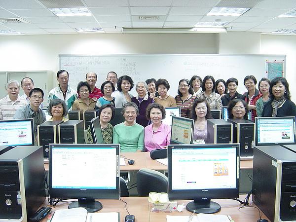 9909-12圖文影音部落格班團體照-2.JPG