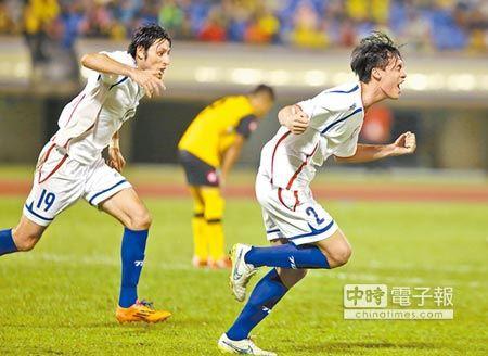 中華隊後衛王睿(右)在上半場率先踢開汶萊大門,興奮的狂奔慶祝,土耳其歸化前鋒朱恩樂(左)隨即在下半場頭槌破門。(李弘斌攝)