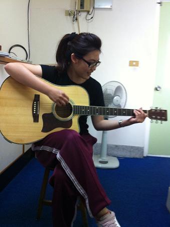 音樂教室part1 很有架式的吉他課