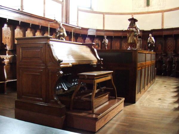 跑進感恩聖母院之教堂內伴奏風琴