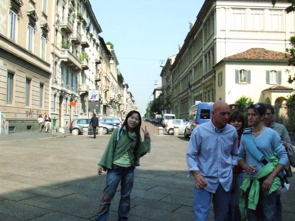 感恩聖母院前方之米蘭街道與我還有旁邊一群觀光客