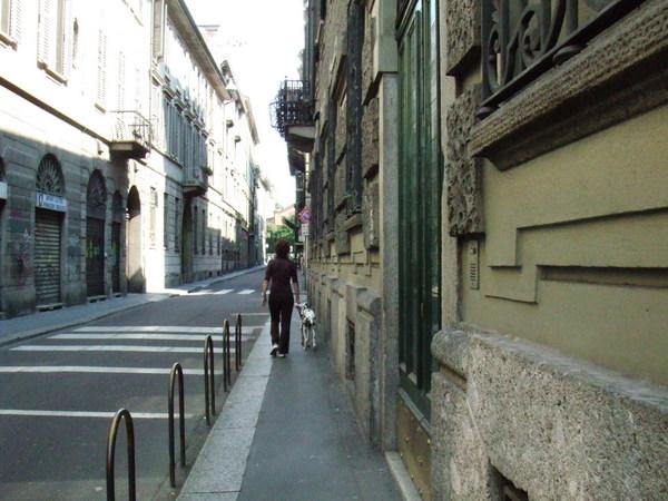 往米蘭大教堂僻雅靜巷之有人在蹓狗