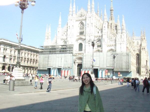 米蘭大教堂雖然白的像幽靈古堡樣之還是要合照