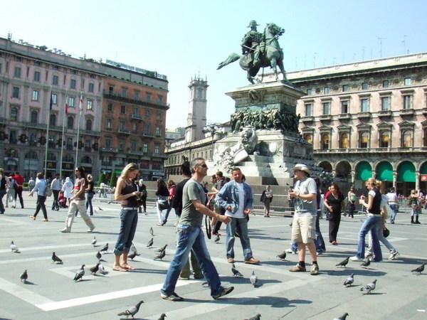 幽靈古堡樣米蘭大教堂之前面的廣場