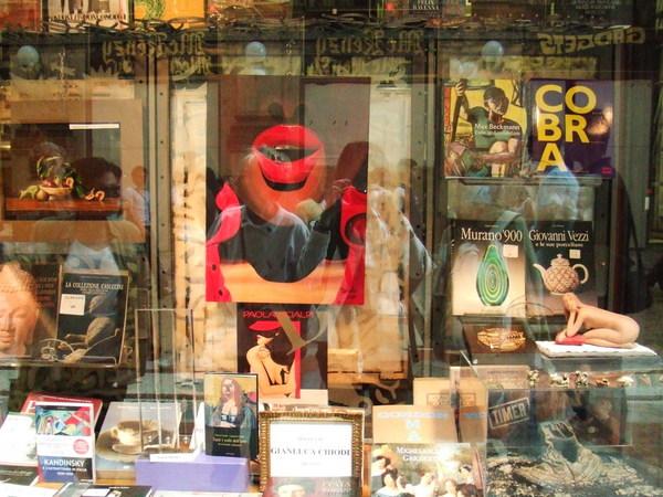 雖然買不起還是要晃晃之不知道是啥特色精品商店的櫥窗