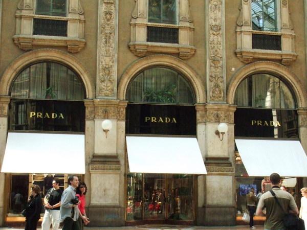 購物大街中心十字路口四霸之義大利人家國際也是趴趴走Prada