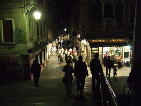 初來乍到夜遊威尼斯之三三兩兩人群