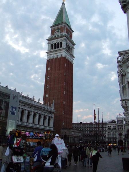 人潮散去之聖馬可廣場前鐘樓