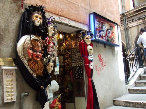 可以不再自慚形穢之威尼斯到處都在賣面具