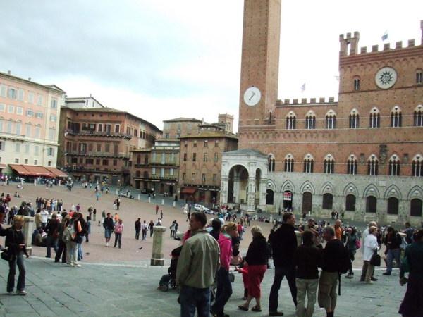走到了Siena的Campo廣場之這裡是市中心喔