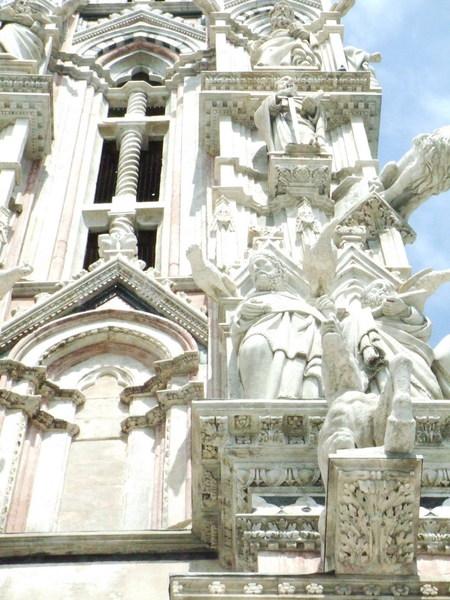 Siena Duomo正面之白嚇嚇雕像