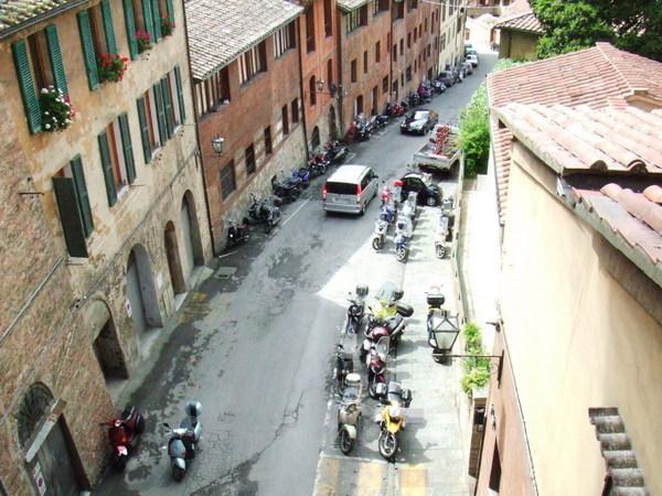 往下看之中古世紀街道中車正經過