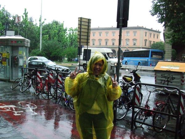 隔天早上下大雨之穿上蠢蠢黃色輕便雨衣