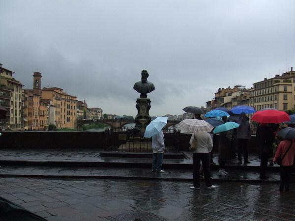 托斯卡尼豔陽下根本是拿來誘拐觀光客的吧之對面一堆人撐著傘