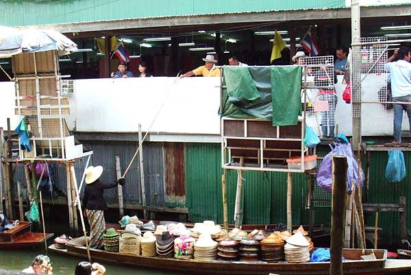 伸長了竹竿...在收錢(看那位客倌的帽子,是新的唷)@泰國水上市場