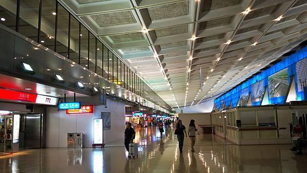 第一航廈整修中,期待有個國際般的展現。