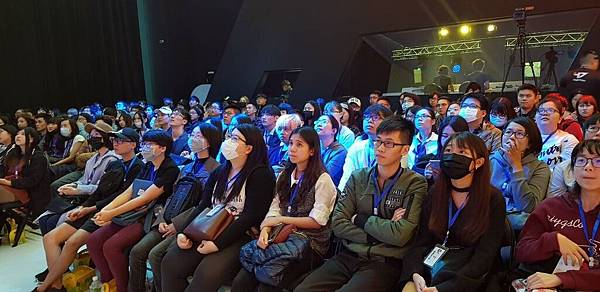 觀眾們屏息觀看比賽.jpg