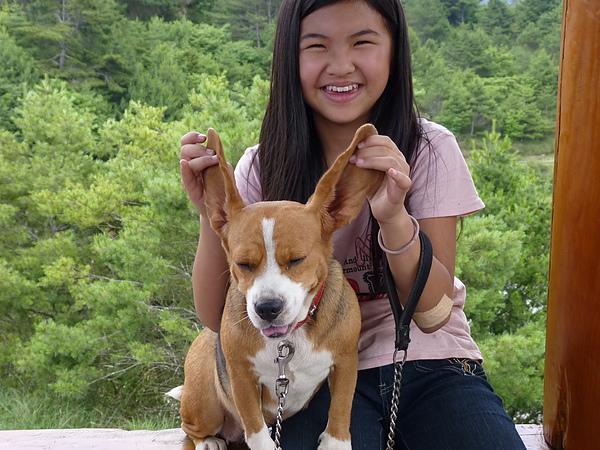 跟姊姊在山上玩
