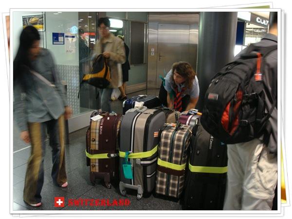 DSC01092所有人的行李集中一起拖運.JPG
