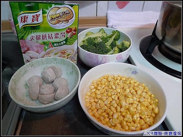 週六的午餐,妞媽總是慢慢準備食材,今天就來個火腿蘑菇玉米燴飯囉.jpg