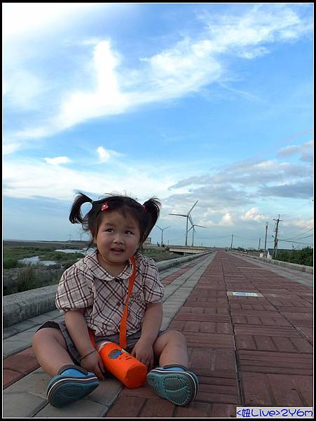 第一次看到風力發電機的妞,一直說有大風車!.jpg