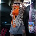 連在車上都要戴著墨鏡的妞...防曬少了一道.jpg