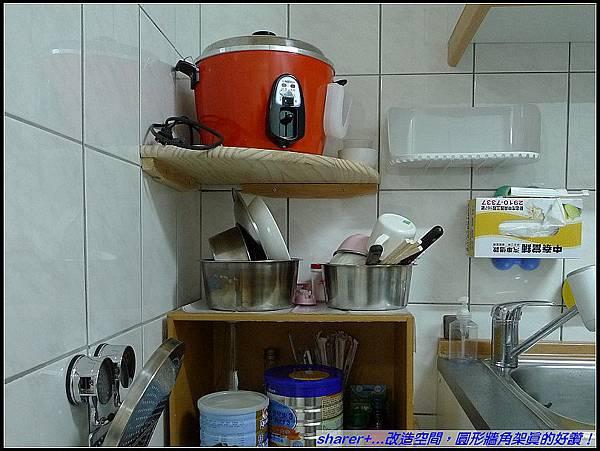 小巧廚房加了層板...多了空間。碗盤暫時的棲息地,so good.jpg