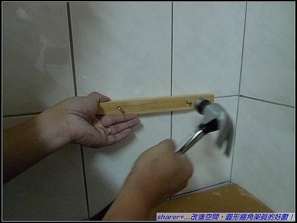 用鐵槌輕敲電鑽要鑽洞的位置.jpg