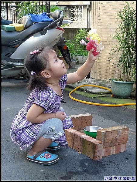 利用玩泡泡...引開妞對生火的注意力.jpg