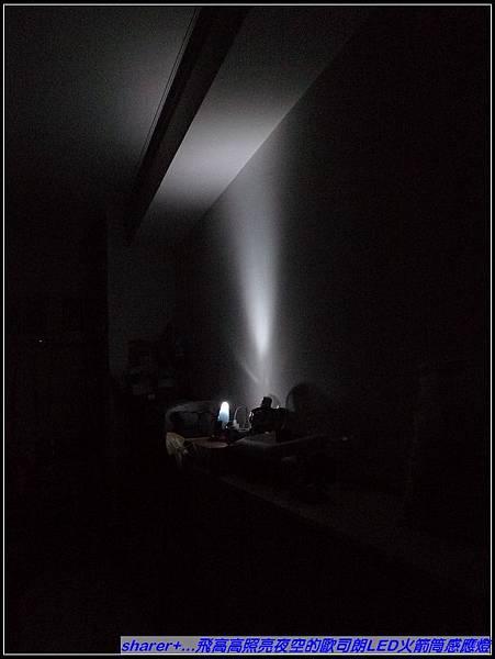 家裡客廳全暗時....jpg