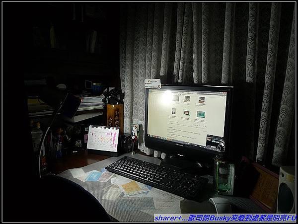 有了歐司朗Busky夾燈,晚睡的妞爸又可明亮看電腦囉.jpg
