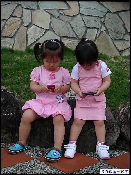 1.粉紅小姐妺...玩起手機來.jpg