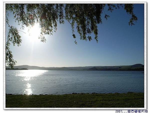 但尼丁-美麗的湖畔看夕陽.jpg